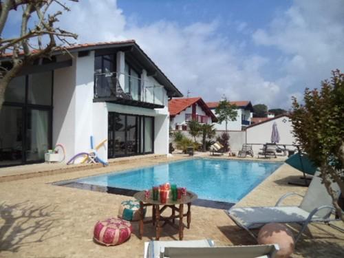 luxueuse villa avec piscine chauffee en location vacances socoa baie de st jean de