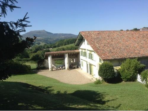 Maison basque avec piscine et jardin