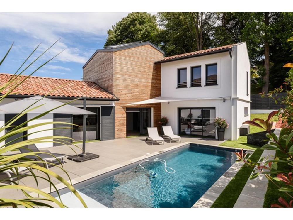 belle villa contemporaine avec piscine locations saisonni res saint jean de. Black Bedroom Furniture Sets. Home Design Ideas