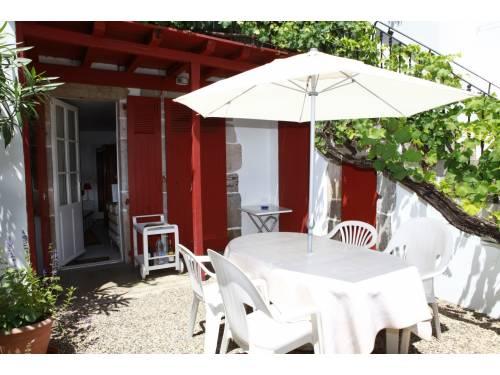 Studio avec jolie cour fleurie en location vacances à St Jean de Luz centre-ville